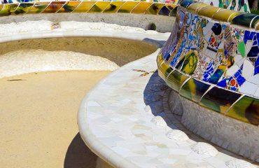 Dettaglio di una panchina in ceramica colorata